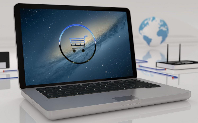 Laptop mit einem Einkaufssymbol auf dem Bildschirm